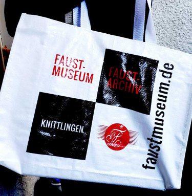 Lädt zum Verweilen ein – die supercoole Tasche aus dem Museumsshop ...