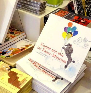 """Unser Kinderbuch """"Komm mit mir ins Fausmuseum"""" mit hinreißenden Illustrationen, Seiten zum Ausmalen und Wissenswertes über Faust für Kinder aufbereitet."""